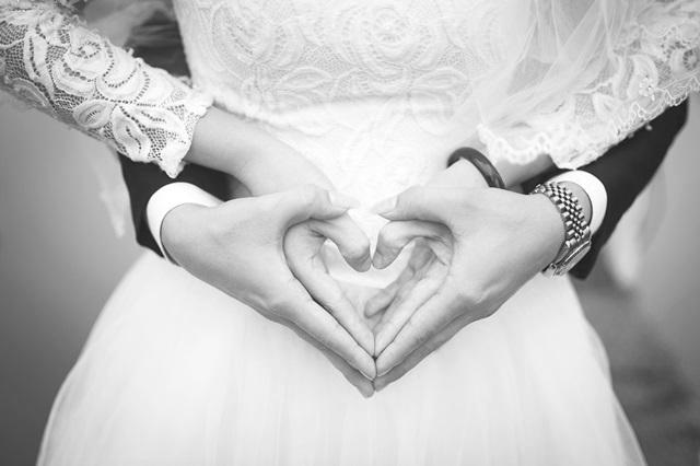Hochzeit, Paar hält Hände